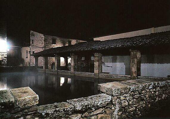 caratteristica di bagno vignoni oltre alle sue acque termali la sua struttura rimasta inalterata nel tempo la piazza del paese infatti